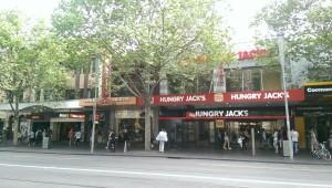 Das ist irgendwie so ein Australisches Ding, dass McDonalds machmal Macca's heißt und Burger King ist Hungry Jack's