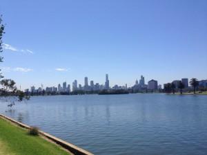 Heute sind Matt und ich um den Albert Park Lake gelaufen. Zur Formel 1 rasen die Rennautos um den See!